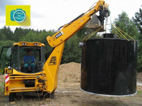 Plastová jímka na odpadní a dešťovou vodu - Manipulace traktorbagrem